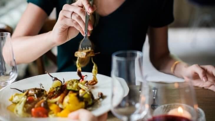 女性が食事をたすける脂肪冷却の抑制効果イメージ画像