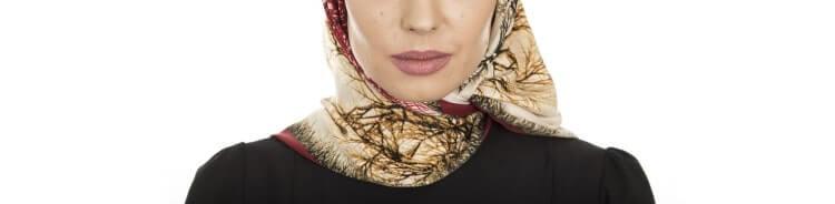 脂肪冷却で施術したアゴ下の赤みをスカーフで隠す女性