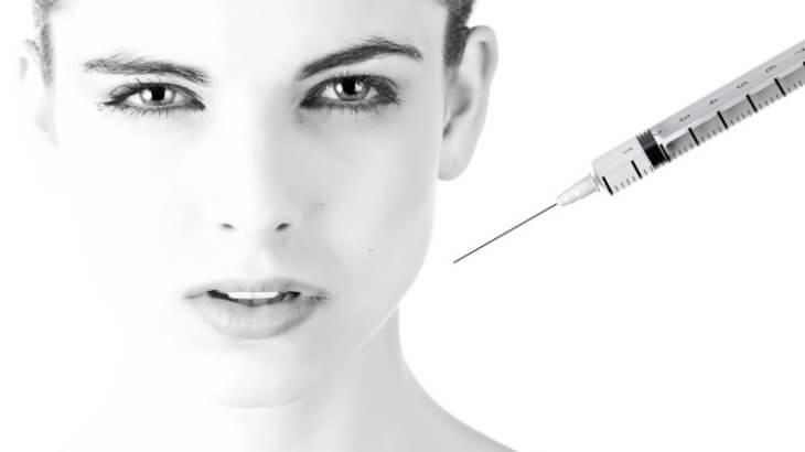 脂肪溶解注射を打つ女性